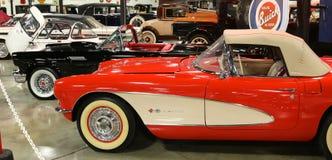Rangée des convertibles et des voitures anciennes de Corvette de vintage Image libre de droits