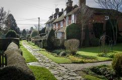 Rangée des cottages dans un village dans Kent Photographie stock libre de droits