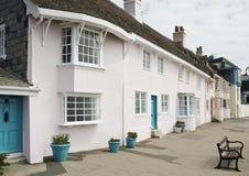 Rangée des cottages roses de bord de mer Images libres de droits