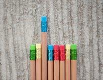 Rangée des crayons de couleur sur le fond gris studio Photographie stock libre de droits