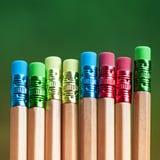 Rangée des crayons de couleur sur le fond vert studio Photographie stock