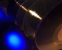 Rangée des disques avec une lumière bleue de tache Image libre de droits