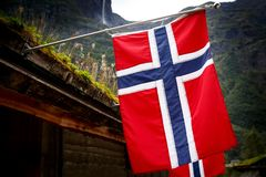 Rangée des drapeaux norvégiens extérieurs sur la nature verte, montagnes à l'arrière-plan images libres de droits