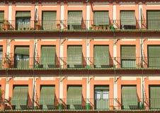 rangée des fenêtres Cordoue, Plaza de la Corredera image stock
