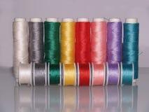 Rangée des fils de couture colorés avec des bobines Photo libre de droits