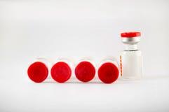 Rangée des fioles d'injection photo stock