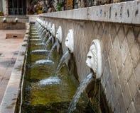 Rangée des fontaines de tête de lion dans Spili, Crète Photo stock