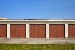 Rangée des garages avec les portes fermées Photos libres de droits
