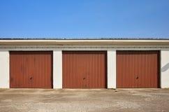 Rangée des garages avec les portes fermées Images stock
