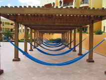 Rangée des hamacs à une station de vacances Photos libres de droits