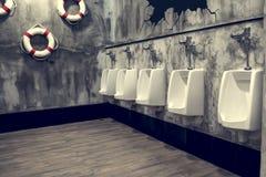 Rangée des hommes d'urinoirs Photographie stock libre de droits