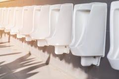 Rangée des hommes extérieurs d'urinoirs Image stock