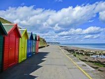 Rangée des huttes colorées de plage dans Whitby, Photographie stock