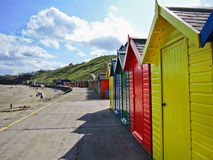 Rangée des huttes colorées de plage dans Whitby, Photo libre de droits