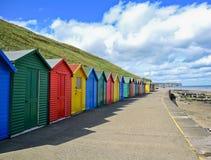 Rangée des huttes colorées de plage dans Whitby Images libres de droits