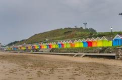 Rangée des huttes colorées de plage sur Autumn Day pluvieux Photos libres de droits