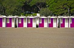 Rangée des huttes colorées de plage sur une plage sablonneuse Image libre de droits
