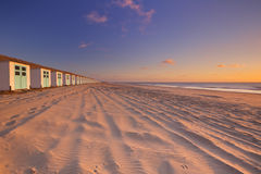 Rangée des huttes de plage au coucher du soleil, Texel, Pays-Bas Image stock