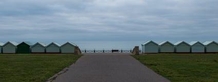 Rangée des huttes de plage sur le bord de mer dans soulevé, le Sussex R-U photo stock