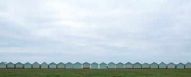 Rangée des huttes de plage sur le bord de mer dans soulevé, le Sussex R-U image libre de droits