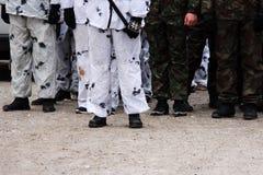 rangée des jeunes hommes sur l'action historique de rejeu d'exercices militaires Images stock