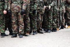 rangée des jeunes hommes sur l'action historique de rejeu d'exercices militaires Photos libres de droits