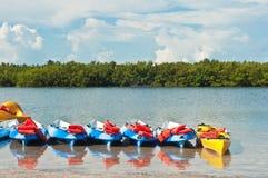 Rangée des kayaks échoués attendant pour être loué Photos stock