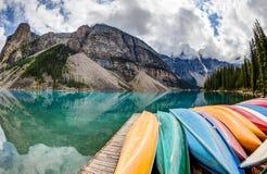 Rangée des kayaks sur le lac moraine dans les Rocheuses canadiennes photographie stock libre de droits