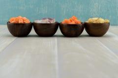 Rangée des légumes à racine dans des cuvettes en bois Images stock