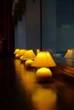 Rangée des lampes de table Image libre de droits