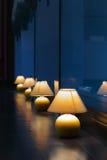 Rangée des lampes de table Photos libres de droits