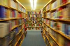 Rangée des livres colorés de bibliothèque - intérieur de bibliothèque - effet de bourdonnement photographie stock libre de droits