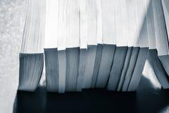 Rangée des livres dans le bleu noir et blanc modifié la tonalité Images libres de droits