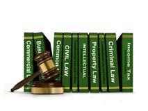 Rangée des livres de loi et de Gavel en bois Photos stock