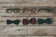 Rangée des lunettes et des noeuds papillon élégants photographie stock