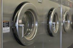 Jour de lessive lavant la rangée de Machiine Photographie stock