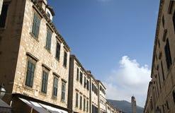 Rangée des maisons au boulevard Stradun dans Dubrovnik, Croatie Image stock