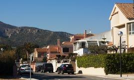 Rangée des maisons au-dessus du ciel bleu Photographie stock libre de droits