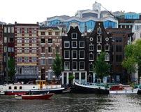 Rangée des maisons authentiques de canal à Amsterdam, Pays-Bas images stock