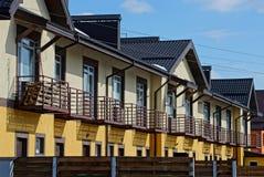 Rangée des maisons brunes avec des fenêtres et des fenêtres Photographie stock