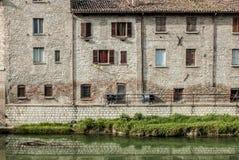 Rangée des maisons et de la rivière du Métaure Photographie stock