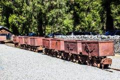 Rangée des opérations de Rusty Ore Carts From Mining de vintage Photographie stock