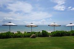 Rangée des parapluies de plage avec le fond de mer Photographie stock libre de droits