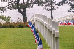 Rangée des pierres graves à un cimetière WW2 photo stock