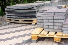 Rangée des piles de la dalle grise de trottoir sur la base en bois Pavé en pierre concret Rénovation piétonnière publique de sect photo stock