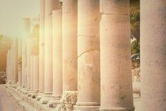 Rangée des piliers éclairés à contre-jour dans le côté de ville (Turquie), Images stock