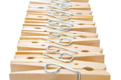 Rangée des pinces à linge en bois d'isolement sur le fond blanc, Abst Images stock
