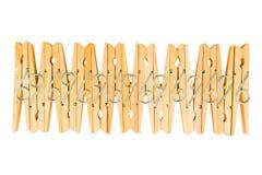 Rangée des pinces à linge en bois d'isolement sur le fond blanc, Abst Image stock