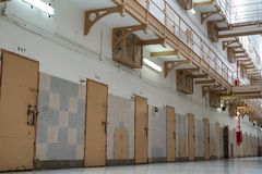 rangée des portes de cellules de prison photo stock