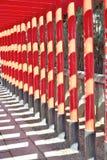 Rangée des portes rouges de torii chez Inuyama, Japon Image libre de droits